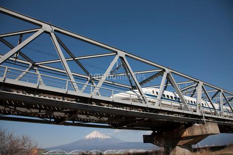 新幹線と富士山の写真素材 [FYI02516332]