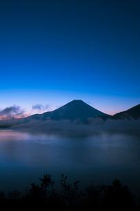 本栖湖から富士山の夜明けの写真素材 [FYI02517095]