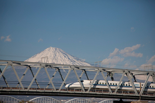 新幹線と富士山の写真素材 [FYI02517101]