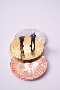 ビットコインとミニチュア人形の写真素材 [FYI02517630]