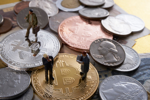 仮想通貨とミニチュア人形の写真素材 [FYI02517653]