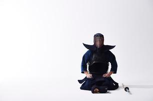 竹刀の横に正座する道着を着た男性の写真素材 [FYI02517693]
