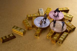 仮想通貨とミニチュア人形の写真素材 [FYI02517785]