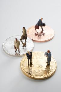 仮想通貨とミニチュア人形の写真素材 [FYI02517789]