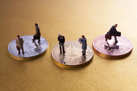 仮想通貨とミニチュア人形の写真素材 [FYI02517824]
