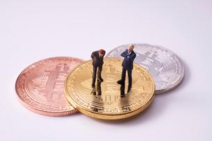 ビットコインとミニチュア人形の写真素材 [FYI02517835]