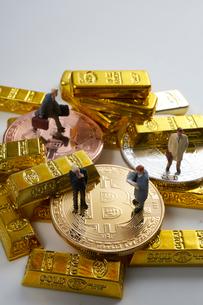 仮想通貨とミニチュア人形の写真素材 [FYI02517837]