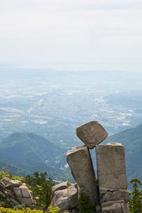 御在所岳の地蔵岩、絶対に落ちない奇岩の写真素材 [FYI02518018]