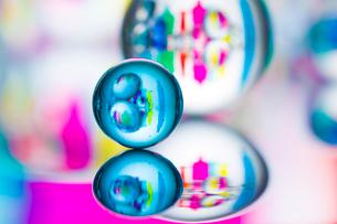 ビー玉とガラスの小物の写真素材 [FYI02518138]