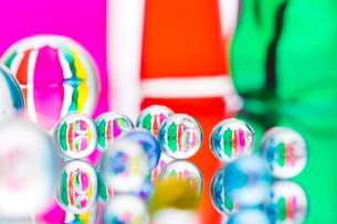 ビー玉とガラスの小物の写真素材 [FYI02518158]
