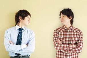 2人の20代日本人男性の写真素材 [FYI02519148]