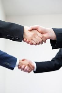 握手するビジネスマンの手元の写真素材 [FYI02519641]