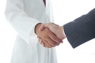 握手する医師とビジネスマンの手元の写真素材 [FYI02520443]