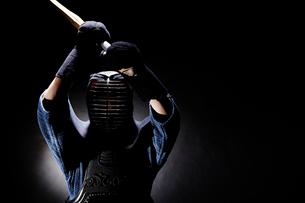 竹刀を振りかざす道着を着た男性の写真素材 [FYI02520567]