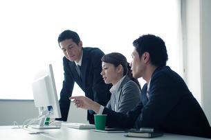 ミーティングをする3人のビジネスパーソンの写真素材 [FYI02520836]