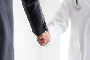 握手する医師とビジネスマンの手元の写真素材 [FYI02520917]