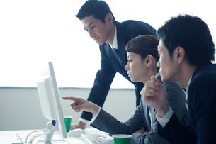 ミーティングをする3人のビジネスパーソンの写真素材 [FYI02521004]