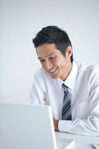 パソコンを見つめるビジネスマンの写真素材 [FYI02521008]