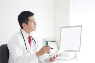 タブレットPCを操作する男性医師の写真素材 [FYI02521157]