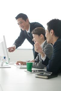 ミーティングをする3人のビジネスパーソンの写真素材 [FYI02521475]