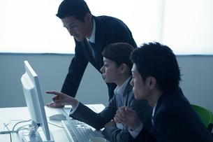 ミーティングをする3人のビジネスパーソンの写真素材 [FYI02521523]