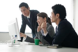 ミーティングをする3人のビジネスパーソンの写真素材 [FYI02521712]