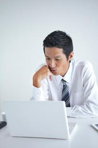 パソコンを見つめるビジネスマンの写真素材 [FYI02521790]