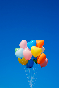 風船と青空の写真素材 [FYI02522242]