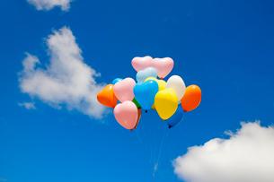 風船と青空の写真素材 [FYI02522384]