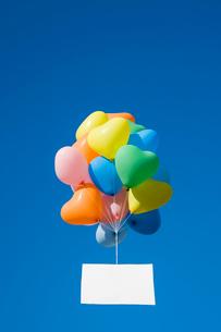 風船と青空の写真素材 [FYI02522430]