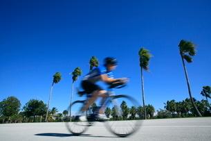 ロードレーサーで走る人の写真素材 [FYI02522977]