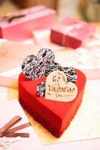 ハート型の赤いケーキの写真素材 [FYI02523510]