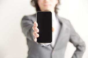 スマートフォンを正面に突き出すサラリーマンの写真素材 [FYI02523699]