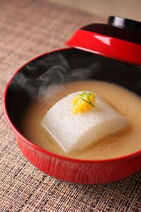大根と黄柚子の味噌汁の写真素材 [FYI02523826]