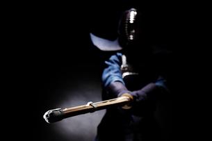 竹刀を振り下ろす道着を着た男性の写真素材 [FYI02523840]