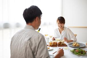 食事をする男女の写真素材 [FYI02523916]
