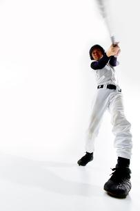 バットを振る野球のユニフォームを着た男性の写真素材 [FYI02523940]