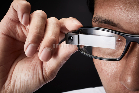 スマートグラスをかけている男性の写真素材 [FYI02523951]