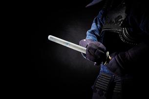 剣道着を着た男性が竹刀を抜くところの写真素材 [FYI02523959]
