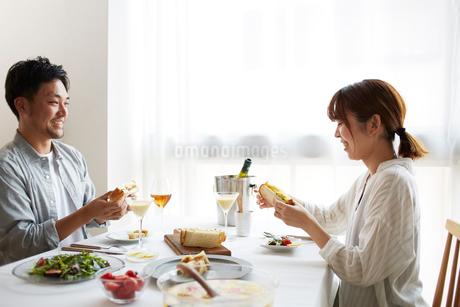 食事をする男女の写真素材 [FYI02523975]