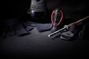 黒い背景に置かれた剣道防具一式の写真素材 [FYI02524106]