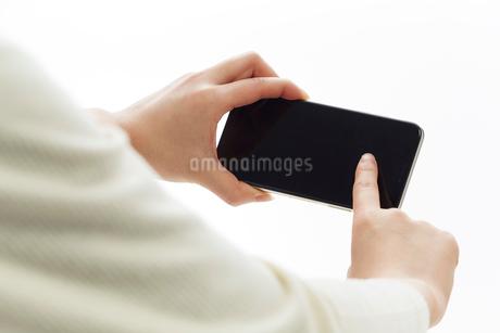 新しいスマートフォンで横向きに写真を撮る人の写真素材 [FYI02524123]