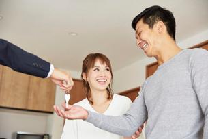 新居の引き渡しの説明を受ける夫婦の写真素材 [FYI02524140]
