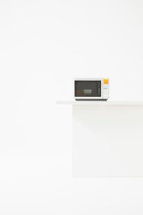 白いカウンターの上に置かれた電子レンジの写真素材 [FYI02524170]