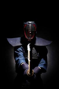 剣道の構えをする道着を着た男性の写真素材 [FYI02524247]
