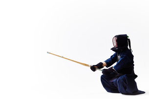 剣道の構えをする道着を着た男性の写真素材 [FYI02524251]