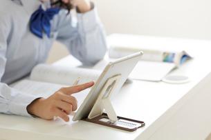 タブレットPCを使って勉強する女子高生の手元の写真素材 [FYI02524304]