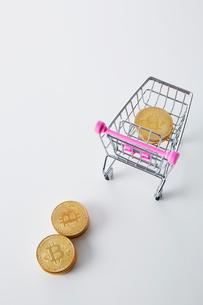 ミニチュアのカートに入ったビットコインの写真素材 [FYI02524359]
