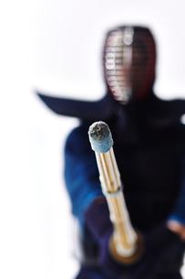 剣道の構えをする道着を着た男性の写真素材 [FYI02524382]