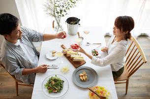 食事をする男女の写真素材 [FYI02524387]